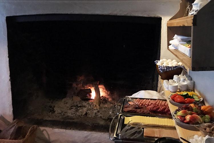 Overnatting med frokost (ingen hotellstandard) på Baroniet Rosendal Avlsgård & Fruehus.