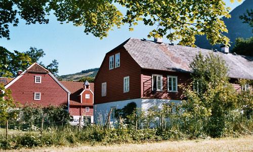 Baroniet Rosendal Avlsgård & Fruehus. Pensjonat med overnatting med frukost, romantisk og autentisk alternativ til hotell.