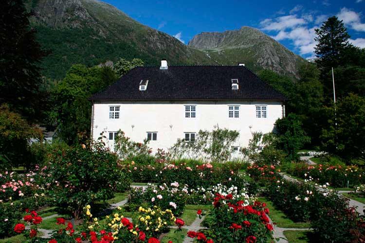 Baroniet Rosendal i Hardanger med rosehagen og Melderskin